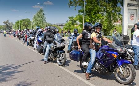atender: Coimbra El 17 de abril: miles de motoristas asistir el d�a 17 de los motociclistas. 17 De abril de 2011 en Coimbra, Portugal.  Se celebr� un corso y la multitud reunida con cerveza y m�sica en la orilla del r�o.