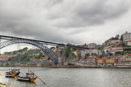 dom: Panorama vieux Porto rivi�re Duoro, bateaux, vieille ville, ville de Gaia et c�l�bre pont Ponte dom Luis, Porto, Portugal.