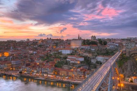 OÅ›wietlone sÅ'ynnego Mostu Ponte dom Luis powyżej starego miasta Porto na rzece Duoro w nocy, Portugalia   Zdjęcie Seryjne