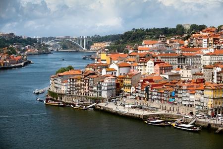 パノラマ古い街ポルト川 Duoro 夏の日、ポルト、ポルトガルの船の輸送ポート 写真素材 - 10677693