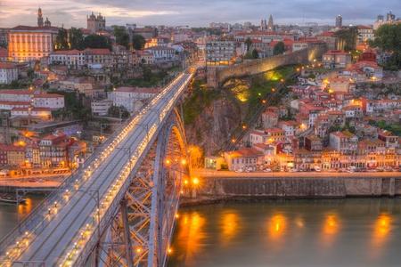 dom: Lighted c�l�bre pont Ponte Dom Lu�s-dessus Vieille ville de Porto au fleuve Douro, la nuit, au Portugal Banque d'images