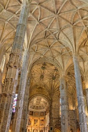 beeindruckenden gotischen Innenraum der Kirche von Hieronymus-Kloster in Lissabon, Portugal Editorial