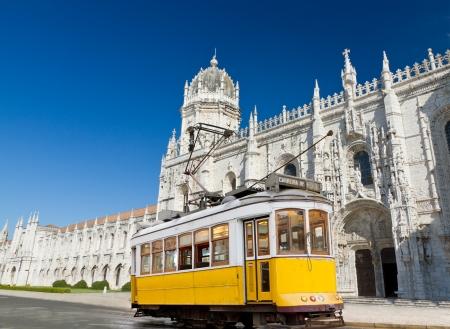 historiques de tramway classique jaune de Lisbonne construit en partie de bois en face du monastère de Jeronimos célèbres, Portugal