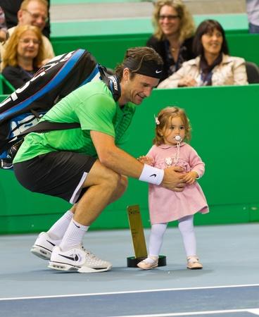 paribas: ZURICH, SWITZERLAND-MARCH 24: Carlos Moya holds his daughter at BNP Paribas Zurich Open Champions Tour  in Zurich, SUI on March 24, 2012.  He won the final against Edberg..