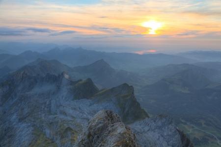 높은 고산의 panrama 날카로운 카르스트 산 위에 일몰, 스위스에서 안개 낀 거리와 녹색 초원에서 사라질 범위가 울퉁불퉁 스톡 콘텐츠 - 13532977