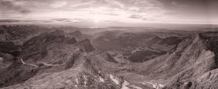 cima montagna: panorama in bianco e nero di alta montagna cima cencioso forte montagna carsica gamme disapear di distanza nebbiosa al tramonto, Svizzera Archivio Fotografico