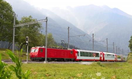 treno espresso: Glacier treno passa di alta montagna valle, Svizzera