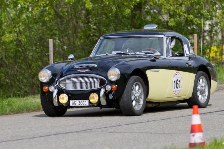 mk: MUTSCHELLEN, SUIZA-29 DE ABRIL: Vintage carrera de turismos Austin Healey 3000 MK III de 1966 en el Grand Prix en Mutschellen, SUI 29 de abril de 2012. Fueron invitados los coches deportivos antiguos y motocicletas.
