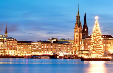 Hamburg, germany, city,old town hall with illuminated christmas tree  Stockfoto