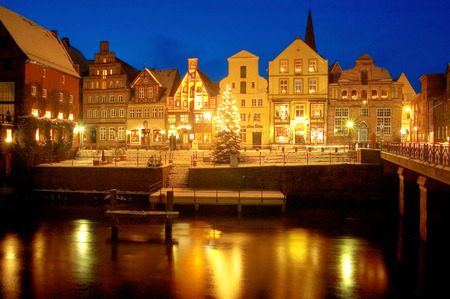 weihnachtsmarkt: Hansestadt Lueneburg, Germany  Famous Old Town and Old Harbour in Winter with illuminated Christmass-Tree