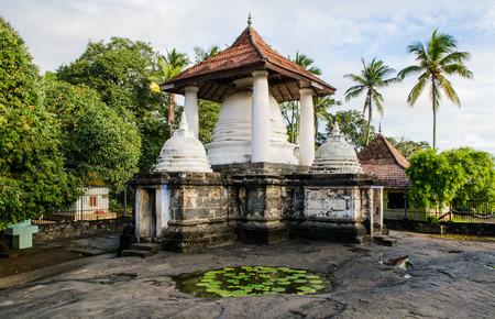 Gadaladenyia Vihara is an ancient Buddhist temple situated in Pilimathalawa, Kandy, Sri Lanka. Imagens