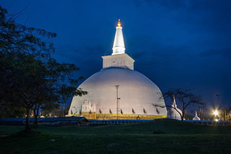 The Ruwanwelisaya is a stupa, a hemispherical structure containing relics, in Sri Lanka, considered sacred to many Buddhists all over the world. Imagens