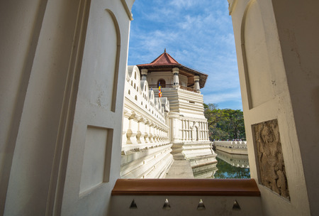 Sri Dalada Maligawa or the Temple of the Sacred Tooth Relic is a Buddhist temple in the city of Kandy, which houses the relic of the tooth of the Buddha. Imagens