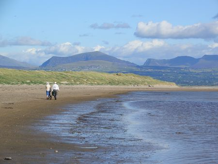 ynys: Snowdonian mountains from Llanddwyn Bay, Isle of Anglesey, Wales Stock Photo