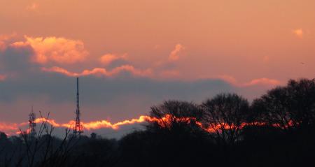 torres el�ctricas: Cielo rojo Morining ardiendo entre pilones y TV Mast