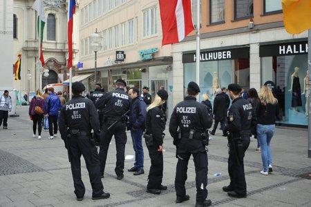 2016-05-15, München, Polizeibeamte sorgen für Sicherheit Standard-Bild - 76719857