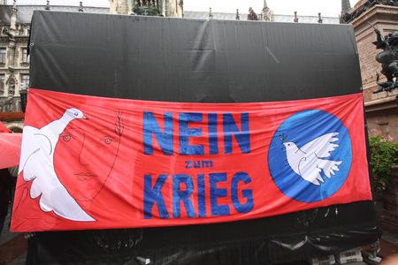 """2013-09-12, """"Nein zum Krieg"""", gesehen bei einer Wahlveranstaltung in München (der Partei """"Die Linke"""") Standard-Bild - 77363341"""