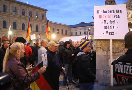 2015/09/28, deutsche Pegida zum Protest in München Standard-Bild - 78040275
