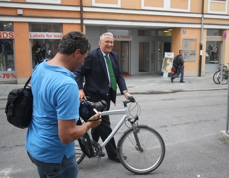 September 4, 2012 - Munich, Germany - Bavarian Minister of the Interior Joachim Herrmann, CSU, enters a press meeting by bike Standard-Bild - 86777644