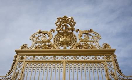 puertas de hierro: Oro ornamentada pintado puertas de hierro forjado en la entrada del Palacio de Versalles.