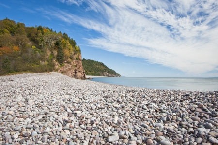 Stony beach on the Fundy Trail along the Bay of Fundy in New Brunswick. Banco de Imagens