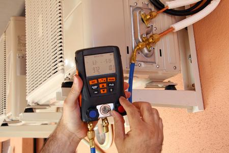 compresor: Instalador comprobar el compresor del aire acondicionado