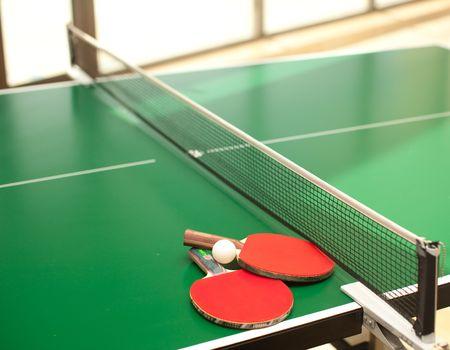 tischtennis: Zwei table Tennis oder Schl�ger und B�lle auf einem gr�nen Tisch mit net Lizenzfreie Bilder