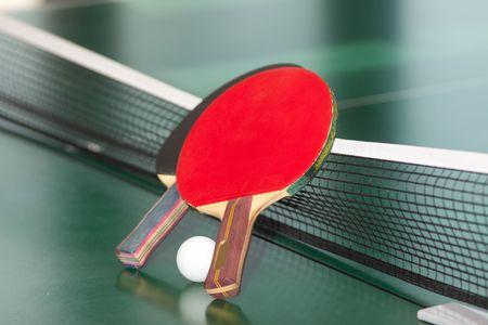 tischtennis: Zwei Tabelle, Tennis oder Schl�ger und B�lle auf einer gr�nen Tisch mit Netz  Lizenzfreie Bilder