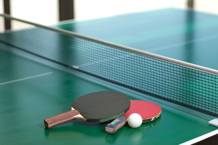 ping pong: Dos de tabla tenis o raquetas y pelotas sobre una mesa verde con un neto