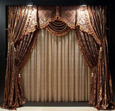 茶色と白の花を持つ豪華な昔ながらのデザイナー ウィンドウ カーテン