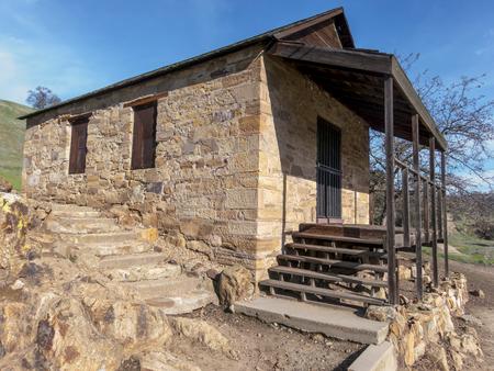Nadat goud in 1849 in Californië werd ontdekt, vond Dr. William Knight een plaats waar hij kon bouwen om een overdekte brug over Stanislaus River te bouwen, zodat hij toegang kon krijgen tot de goudvelden van Californië en een vergoeding kon vragen. Dit was de support-build