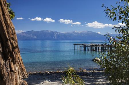 この画像は、シュガー パイン ポイント州立公園で撮影されました。遠くには南タホ湖、カリフォルニア州、およびステート ライン、ネバダ州です