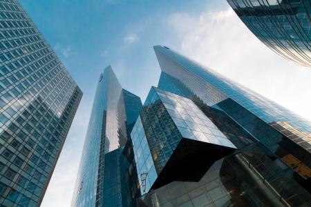 현대적인 고층 건물 파리 방어