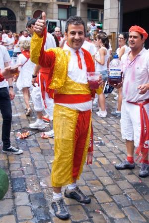 パンプローナ、スペイン-7 月 6 日: プラザ Castilio のサンフェルミン祭のオープニングで楽しんでスーツ toreodor の男。パンプローナ、パンプローナのナバラ、スペイン 2012 年 7 月 6 日。