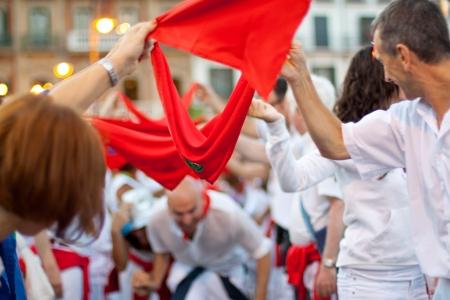 パンプローナ、スペイン-7 月 7 日: プラザ Castilio サンフェルミン祭のオープニングでの楽しみを持っている人々。パンプローナ、パンプローナでスペイン 2012 年 7 月 7 日。 報道画像