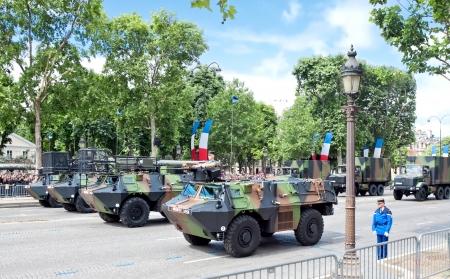 パリ - 7 月 14 日: 軍事機器、軍事パレードで共和国記念日で、パリのシャンゼリゼ通り近くに 2012 年 7 月 14 日。フランス革命記念日