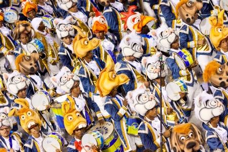 リオデジャネイロ - 2 月 11 日: サンボードロモで、リオデジャネイロのカーニバルの衣装の人々 のパフォーマンス 2013 年 2 月 11 日、ブラジル。リオのカーニバルは、世界で最大のカーニバルです。 報道画像