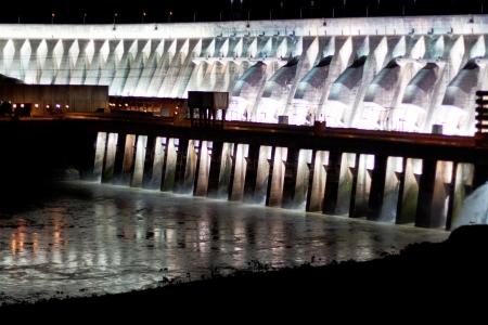 ブラジルとパラグアイ間のボーダーにあるパラナ川のイタイプ · ダム