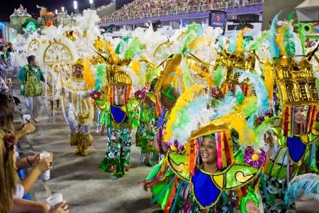 リオデジャネイロ - 2 月 10 日: 梨花と衣装ダンスと歌サンボードロモ ジャネイロでのリオデ カーニバルで 2013 年 2 月 10 日、ブラジルの男。リオのカーニバルは、世界で最大のカーニバルです。 報道画像