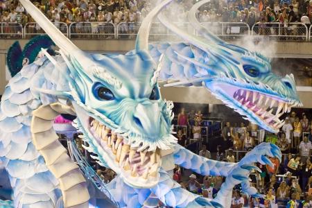 リオデジャネイロ - 2 月 11 日: カーニバル リオデジャネイロでサンボードロモに龍の装飾とショー 2013 年 2 月 11 日、ブラジル。リオのカーニバルは、世界で最大のカーニバルです。