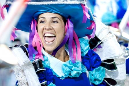 リオデジャネイロ - 2 月 11 日: 2013 年 2 月 11 日、ブラジルのカーニバル リオデジャネイロでサンボードロモに歌ったり踊ったりの衣装の女性。リオのカーニバルは、世界で最大のカーニバルです。