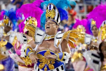 リオデジャネイロ - 2 月 11 日: 歌やダンスのサンボードロモ リオデジャネイロ 2013 年 2 月 11 日、ブラジルのカーニバルの衣装を着て男。リオのカーニバルは、世界で最大のカーニバルです。