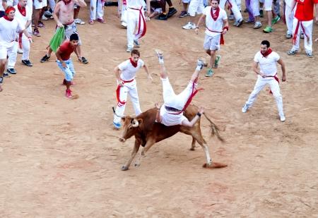 パンプローナ、スペイン - 7 月 8 日: 人々 のサンフェルミン祭で若い雄牛を楽しんでします。パンプローナ、ナバラ、スペイン 2013 年 7 月 8 日。 報道画像