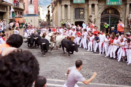 パンプローナ、スペイン-7 月 9: 雄牛と人で実行している通りでスペイン、パンプローナのサンフェルミン祭の間に 2013 年 7 月 9 日。