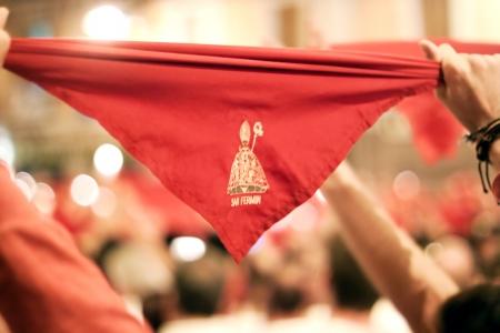 サンフェルミン祭の終了で赤いハンカチでパンプローナ、スペイン 7 月 15: 人々。プラザ Consistorial 自治体の前に。パンプローナ、スペイン、ナバラ 2013 年 7 月 15 日
