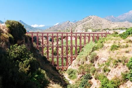 nerja: Acueducto moderno cerca del pueblo de Nerja, provincia de Granada, Espa�a Foto de archivo