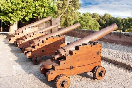 pistola: Ca�ones en la antigua fortaleza de la ciudad medieval de Granada Espa�a
