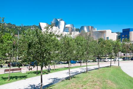 modern art: BILBAO, ESPA�A - 09 de agosto: Vista exterior del Museo Guggenheim al atardecer en Bilbao, Espa�a. 2013.This Museo est� dedicada la exposici�n de arte moderno.