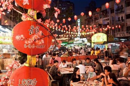 クアラルンプール, マレーシア - 1 月 20 日: ストリート レストランが見えました、2014 年 1 月 20 日、クアラルンプールの中心部に。ジャラン · アローは非常に観光客や地元の人々 に人気のあります。