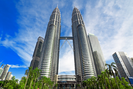 クアラルンプール, マレーシア - 1 月 8 日: ペトロナス ツインタワー 2014 年 1 月 8 日に日にクアラルンプールで。ペトロナス ツイン タワーは最も高いビル (452 メートル) 1998 年から 2004 年までの世界で